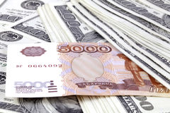 Cinco mil rublos contra cem dólares Fotografia de Stock Royalty Free