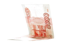Cinco mil sueldos de la rublo rusa doblaron aislado en el fondo blanco Imagenes de archivo