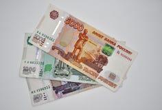 5000 cinco milhares de cédulas do banco de Rússia nos rublos de russo brancos do fundo Imagens de Stock