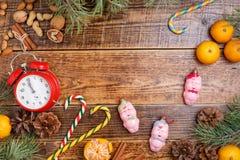 Cinco minutos antes del Año Nuevo Dulces de la Navidad del fondo y cerdos de madera acogedores de los juguetes Visión desde arrib fotos de archivo libres de regalías