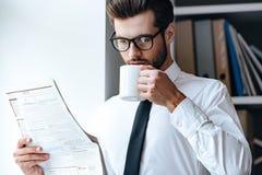 Cinco minutos para o café e o jornal fresco Fotografia de Stock Royalty Free