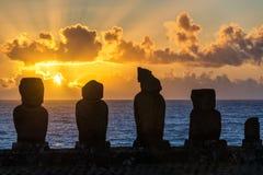 Cinco Moai en la puesta del sol Fotos de archivo
