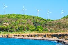 Cinco moinhos de vento pelo mar Foto de Stock Royalty Free