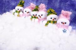 Cinco muñecos de nieve en la nieve Imagen de archivo