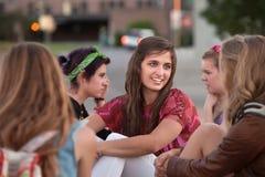 Cinco muchachas que se sientan afuera Foto de archivo libre de regalías