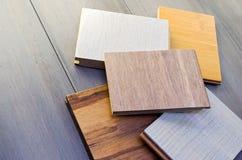 Cinco muestras de piso encima de los tablones de bambú Imagen de archivo