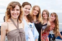 Cinco mujeres hermosas jovenes en línea Imágenes de archivo libres de regalías