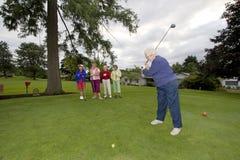 Cinco mulheres que jogam o golfe Fotos de Stock