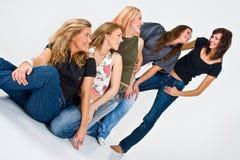 Cinco mulheres que têm o divertimento Fotografia de Stock Royalty Free