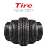 Cinco neumáticos de goma negros del automóvil aislados en blanco Fotos de archivo