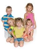 Cinco niños en el piso Imagen de archivo