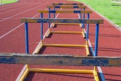Cinco obstáculos gastos na trilha do atletismo em seguido fotos de stock royalty free