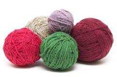 Cinco ovillos coloreados de las lanas imágenes de archivo libres de regalías