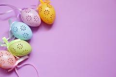 Cinco ovos da páscoa coloridos do laço na luz natural Foto de Stock Royalty Free