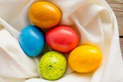 Cinco ovos da páscoa no guardanapo branco Foto de Stock Royalty Free