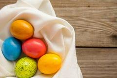 Cinco ovos da páscoa no guardanapo branco imagens de stock royalty free