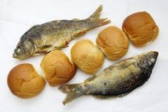 Cinco panes, y los dos pescados Fotos de archivo libres de regalías
