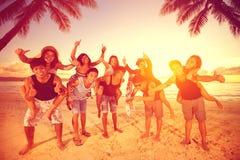 Cinco pares que se divierten en la playa Imagen de archivo libre de regalías