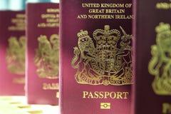 Cinco pasaportes biométricos s de la unión europea de británicos Reino Unido Imagen de archivo