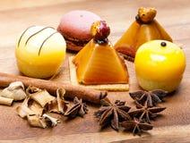 Cinco pequeñas tortas apetitosas de kariyets y otras especias. Aún-vida en un día soleado Fotos de archivo