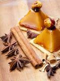 Las pequeñas tortas apetitosas del los kariyets y otras especias mienten en una bandeja de madera. Aún-vida Fotos de archivo libres de regalías