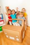 Cinco pequeños amigos felices que juegan conductores imagenes de archivo