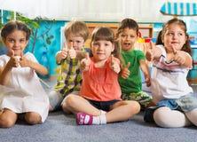Cinco pequeños niños con los pulgares para arriba Fotos de archivo libres de regalías