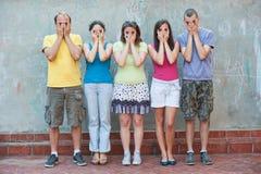 Cinco personas jovenes que se divierten al aire libre Imagenes de archivo