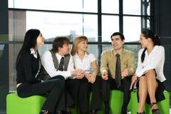 Cinco pessoas do negócio estão tendo uma conversação imagens de stock royalty free