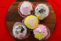 Cinco queques coloridos Imagem de Stock Royalty Free
