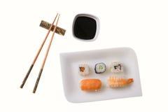 Cinco rodillos de sushi y palillos Imagen de archivo