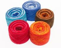 Rollos multicolores del hilado Fotografía de archivo libre de regalías