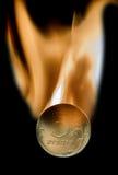 Cinco rublos de mitad-moneda en fuego Imagenes de archivo