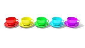 Cinco tazas de café vacías alineadas con colores del arco iris Imagenes de archivo