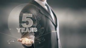 Cinco tecnologías disponibles de Holding del hombre de negocios de 5 años nuevas stock de ilustración