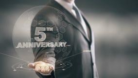 Cinco tecnologías disponibles de Holding del 5to hombre de negocios del aniversario nuevas ilustración del vector