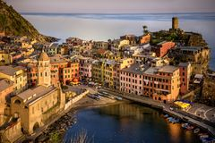 Cinco terras Cinque Terre, Liguria: Vila do pescador de Vernazza no por do sol Italy Foto de Stock