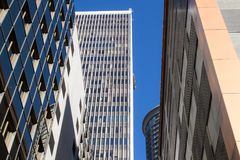 Cinco torres de la oficina con el cielo azul fotos de archivo