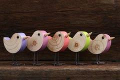 Cinco Toy Birds Decoration Rough Background de madera Imagen de archivo libre de regalías