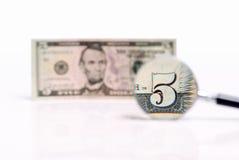 Cinco U S dólares magnificados fotografía de archivo
