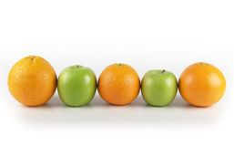 cinco un ejemplo del día: Cinco naranjas y manzanas del día Foto de archivo libre de regalías