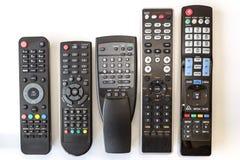Cinco utilizaron mandos a distancia en el fondo blanco Imagenes de archivo