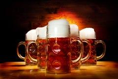 Cinco vidrios de cerveza en la tabla de madera Foto de archivo libre de regalías