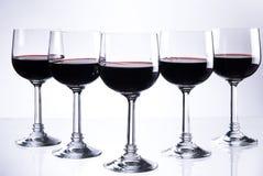 Cinco vidros do vinho vermelho Fotografia de Stock
