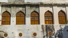 Cinco viejo Windows cerrado con forma del arco imagenes de archivo