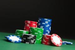 Cinco virutas de póker coloreadas Imagenes de archivo