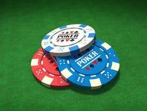 Cinco virutas de póker coloreadas Fotos de archivo