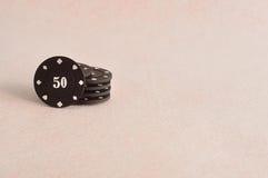 Cinco virutas de póker coloreadas Fotografía de archivo libre de regalías