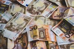 Cincuenta billetes de banco euro dispersados en el piso imagenes de archivo