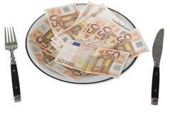 Cincuenta billetes de banco euro en una placa Imagen de archivo